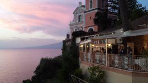 La terrazza dell'Hotel Sporting sede dell'aperitivo stampa